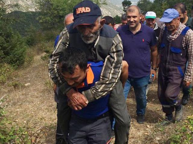 Ekipler ormanda bulunan Emin dedeyi ambulansa kadar sırtında taşıdı