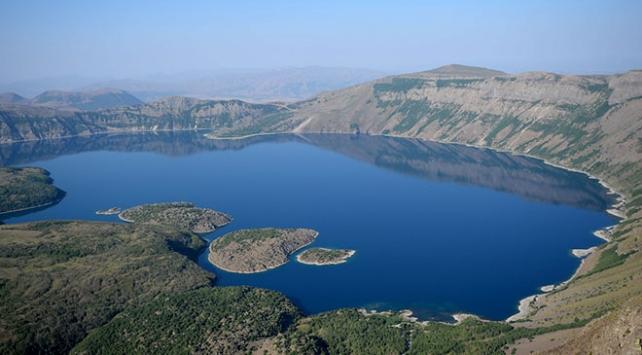 Seyrine doyumsuz manzarasıyla Nemrut Krater Gölü