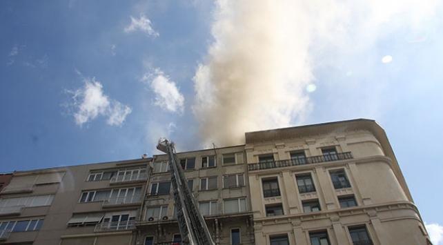 Şişlide iş merkezinin çatısında yangın