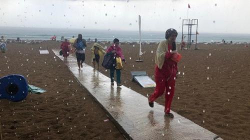 Alanya'da dolu tatilcileri denizde yakaladı