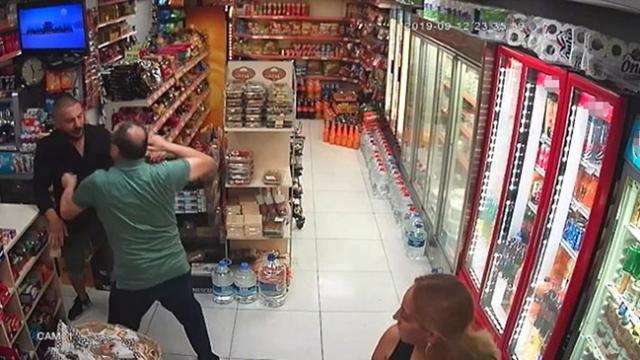 Market sahibi, paraları çalan hırsızı yakalayarak dövdü