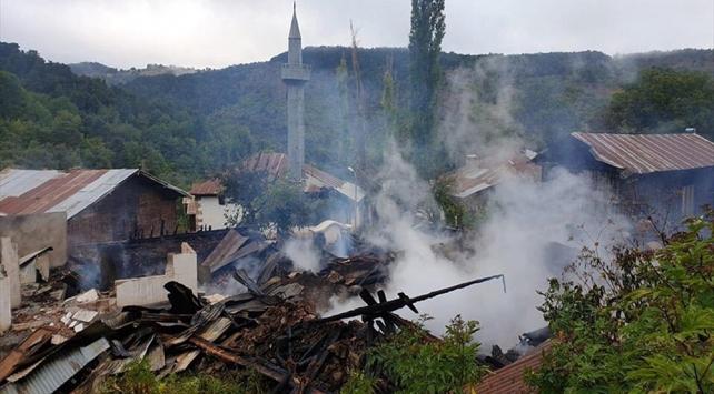 Orduda 4 ahşap ev yandı