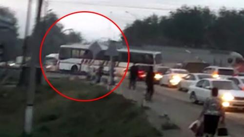 Kazakistan'da tren yolcu otobüsüne çarptı