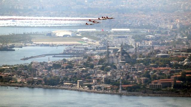 Türk Yıldızları İstanbul Boğazı'nda parladı