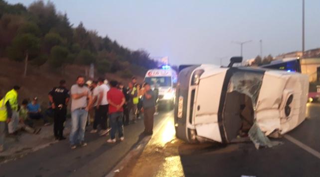 İstanbulda işçileri taşıyan servis minibüsü devrildi