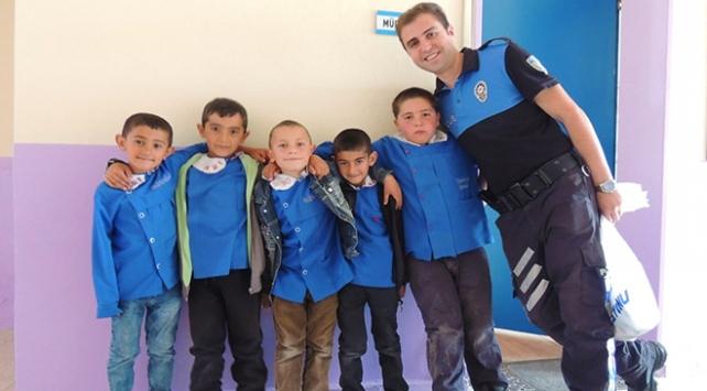 Polisler minik öğrencileri bilgilendirdi