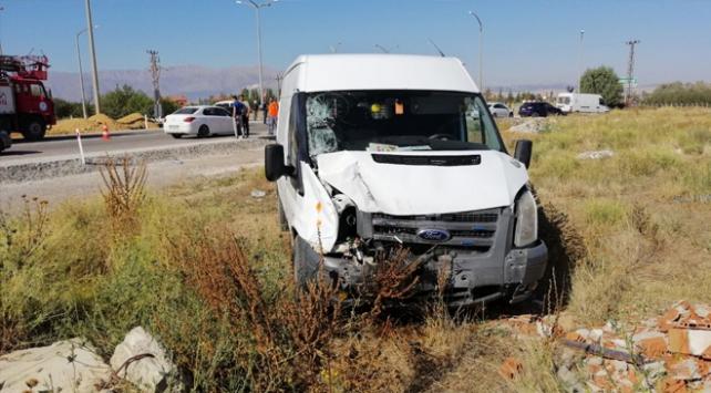 Ispartada minibüs ile tarım aracı çarpıştı: 1 ölü