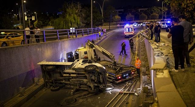 Ankarada bariyerlere çarpan kamyonet alt geçide düştü