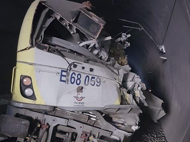 Kılavuz tren raydan çıktı, 2 makinist hayatını kaybetti