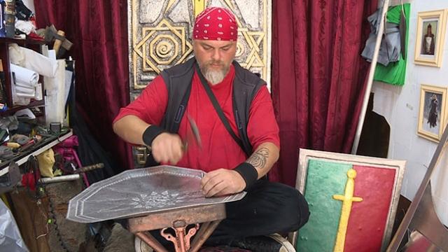 Farklı kültürlerin sembollerini metale işliyor
