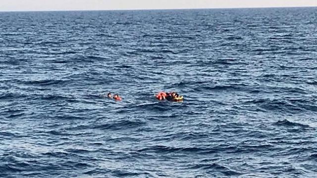 Bodrum açıklarında batan bottaki düzensiz göçmenleri Sahil Güvenlik ekipleri kurtardı