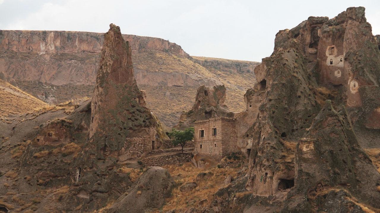 Kaya oluşumlarıyla Kapadokyayı andıran Soğanlı Vadisi
