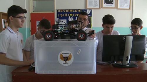 Sürücüsüz araç geliştiren meslek lisesi öğrencilerinden büyük başarı
