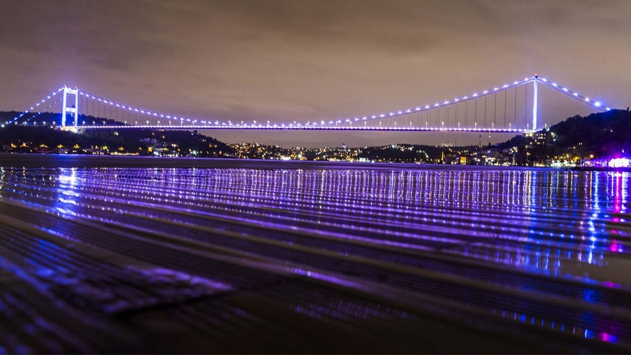 İstanbuldaki köprüler baş ve boyun kanseri için renklendirildi