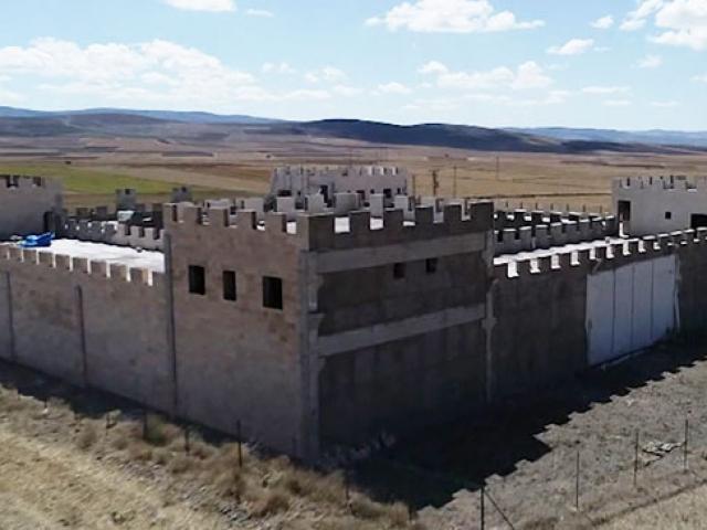 Sivas'ta kale görünümündeki çiftlik