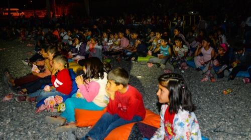 Iğdır Tuzluca'da köy çocukları ilk kez açık havada sinema izledi