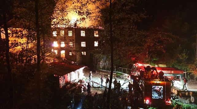 Düzcede 3 katlı ev yandı: 2 yaralı