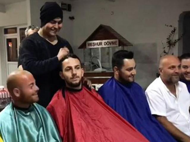 Kanser hastası arkadaşlarına moral vermek için saçlarını kestirdiler
