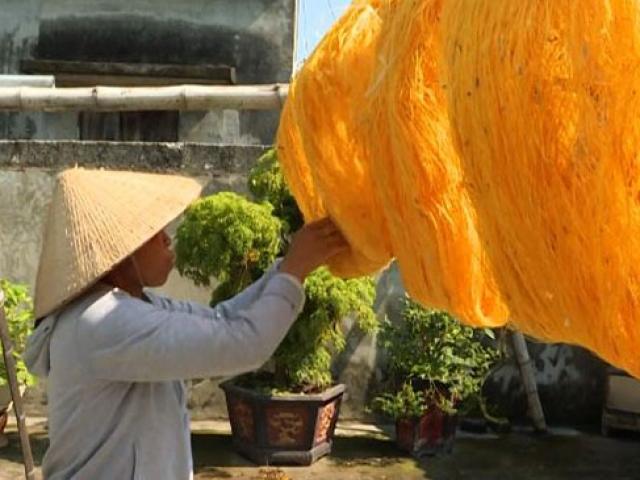 Vietnam'daki köyde geleneksel yollarla ipek böcekçiliği yapılıyor