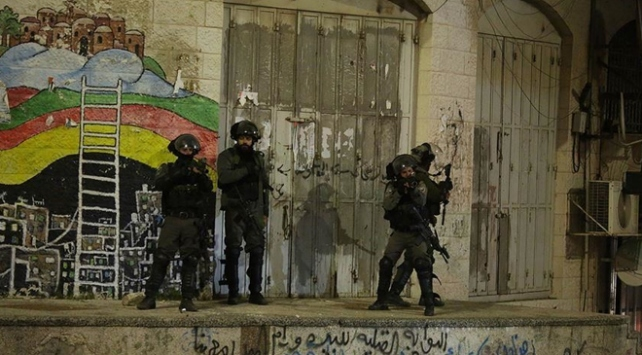 İsrail güçleri gece baskınlarında 19 Filistinliyi gözaltına aldı