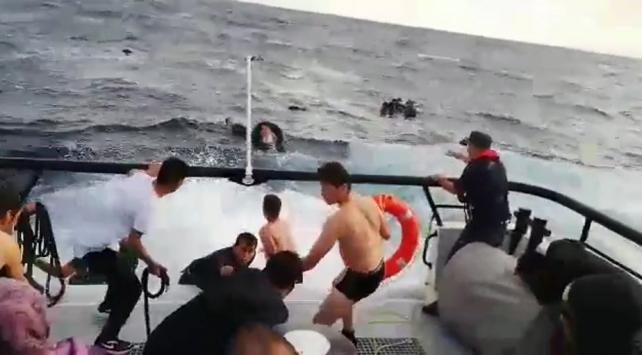 Mehmetçik düzensiz göçmenleri dev dalgaların arasından böyle kurtardı