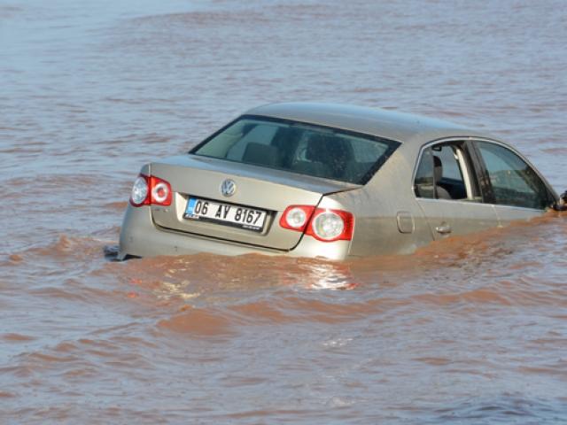 Didimde otomobil denize sürüklendi