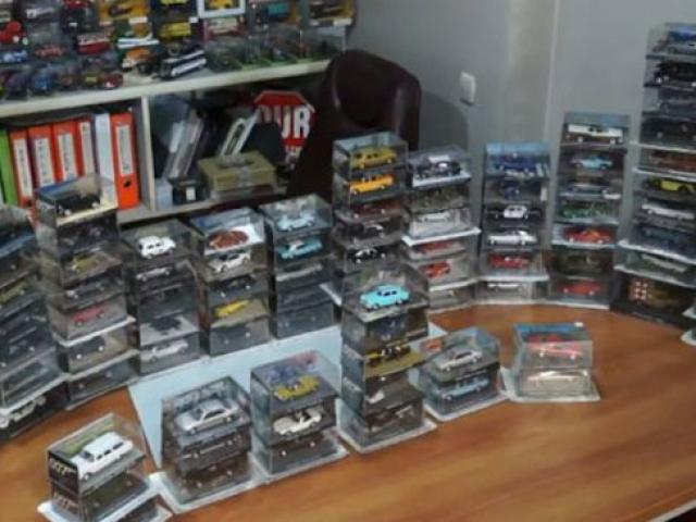 Filmlerde kullanılan arabaların maketlerini biriktiriyor