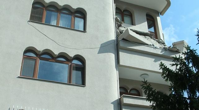 Şişlide bir binanın balkonu çöktü