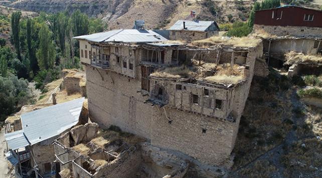 Sal taşından yapılan evleriyle Çiğdemli köyü