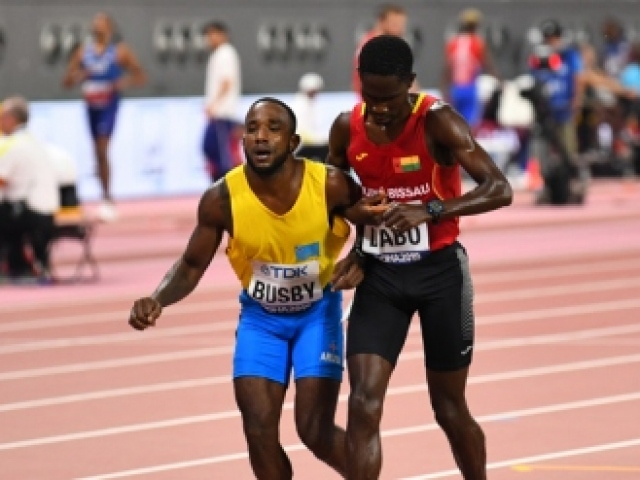 Rakibinin yardımına koştu birlikte yarışı bitirdiler