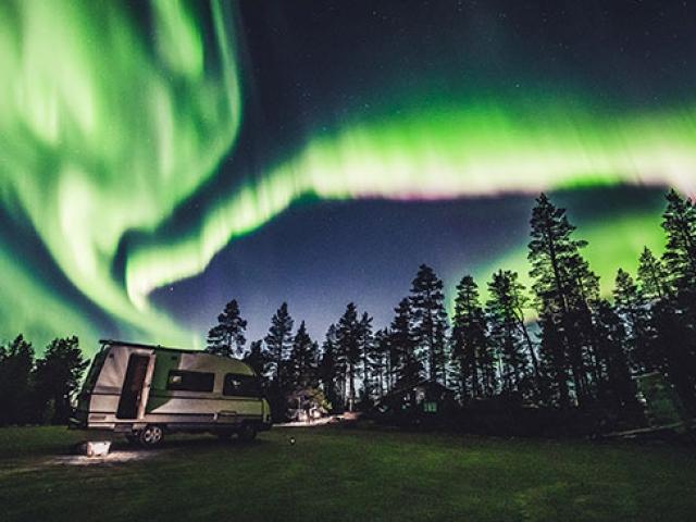 Finlandiyalılar renklerin gökyüzündeki dansını izledi