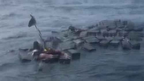 Kolombiya'da gemi alabora oldu, kaçakçılar uyuşturucuya tutundu