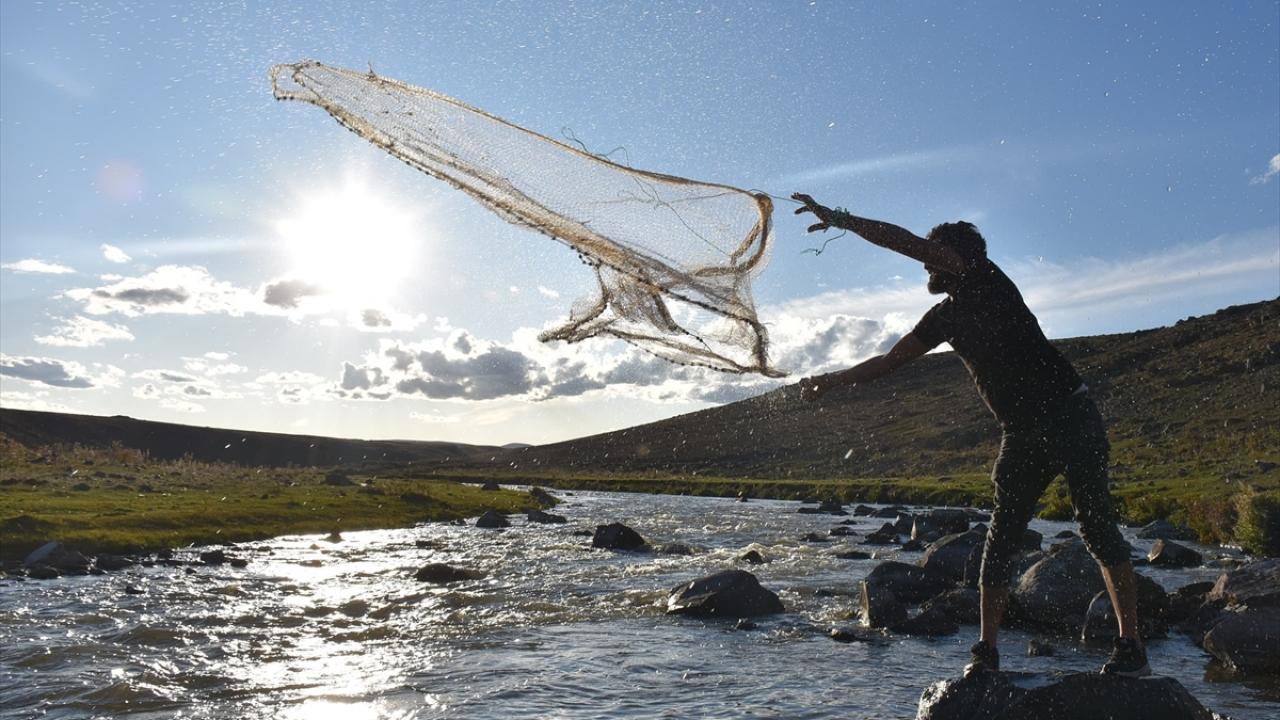 Porsuk Çayında gün batımında balık avı keyfi
