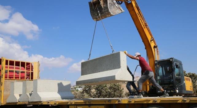 Afrin sınırına 21 tırlık beton blok sevkiyatı