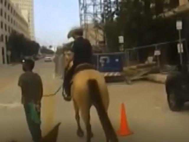 ABDde atlı polisler gözaltına aldığı kişiyi kementle sokakta gezdirdi