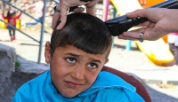 Köy çocuklarının saç bakımı için seferber oldular
