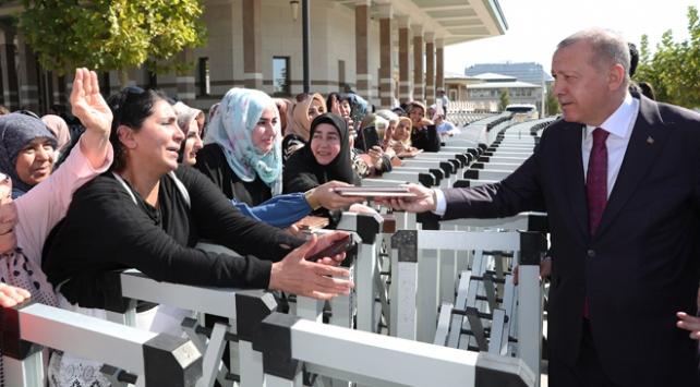 Cumhurbaşkanı Erdoğan cuma namazı sonrası vatandaşlarla sohbet etti