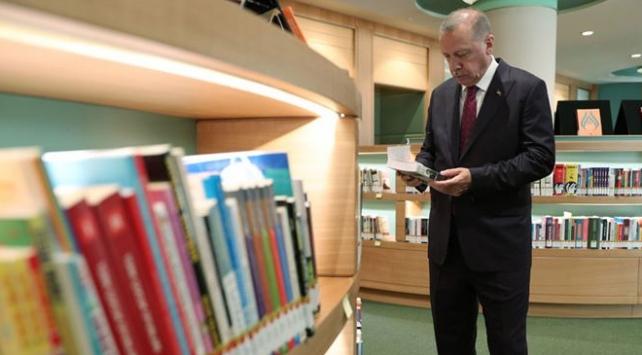 Cumhurbaşkanı Erdoğan kütüphanede incelemede bulundu