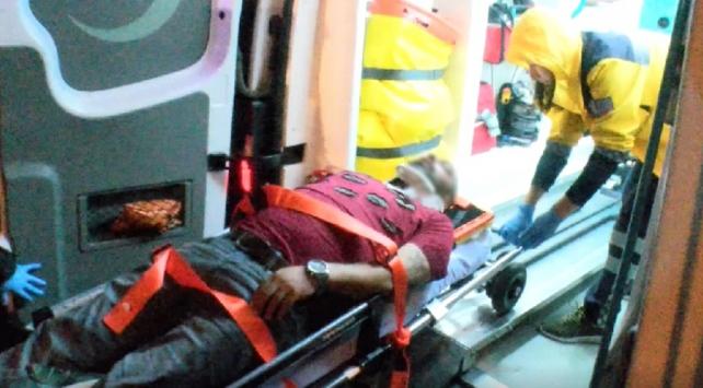 Sağlık ekiplerine bıçak çeken yaralı gözaltına alındı