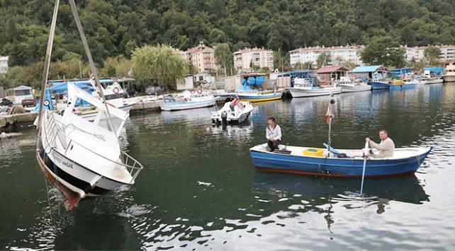 Kastamonuda şiddetli rüzgar balıkçı teknelerini batırdı
