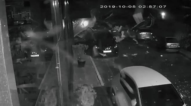 Kuvvetli fırtına Maltepede bir okulun çatısını uçurdu