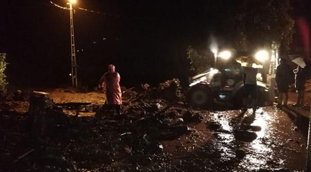 Sel sonucu mahsur kalanlar ekiplerce kurtarıldı