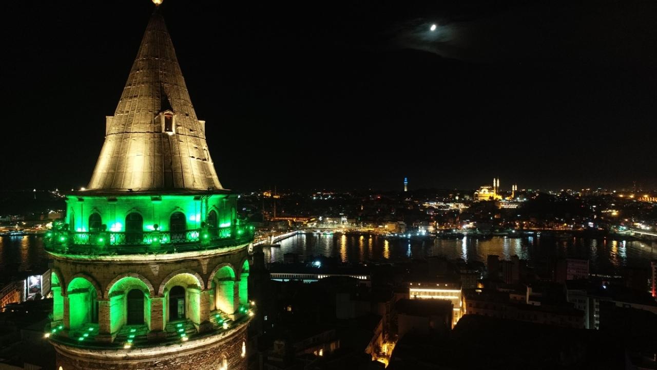 """İstanbulun simgeleri """"serebral palsi"""" için yeşile büründü"""