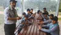 Çocukları izcilikle camiye teşvik ediyor