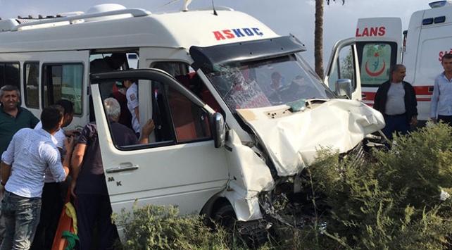Mersinde yolcu minibüsü ile otomobil çarpıştı