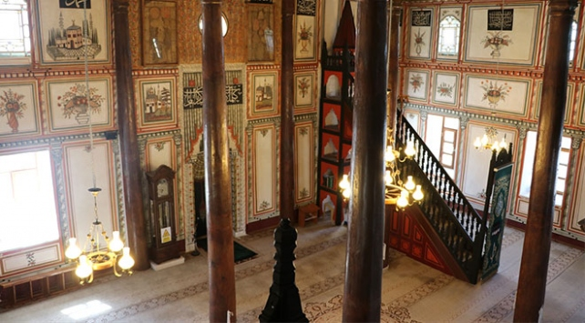 Duvarları çiçek bahçesini andıran 217 yıllık cami