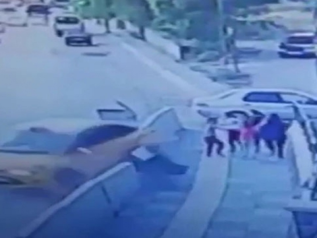 5 kişi beton bariyerlerin altında kalmaktan son anda kurtuldu