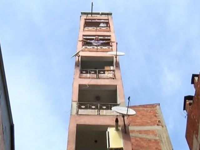 Kocaelindeki 8 katlı bir bina sadece 2 metre genişliğinde