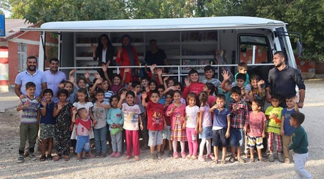 Minibüsle köylere kitap taşıyorlar