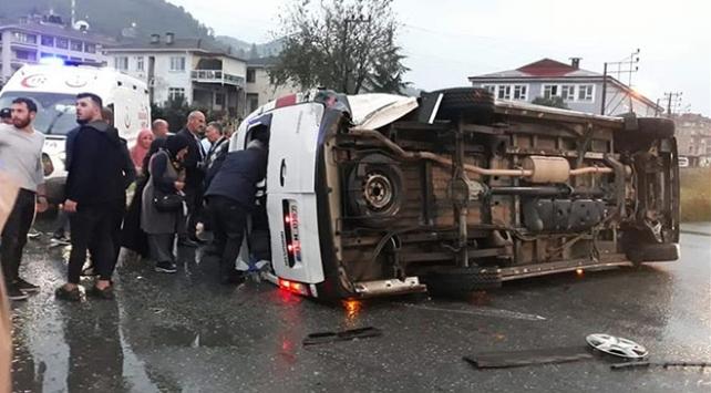 Trabzonda yolcu minibüsü ile otomobil çarpıştı: 20 yaralı